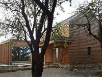 drevostavba, ktorú pokrýva fasáda