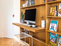 Zdruhej strany obývačkovej nábytkovej