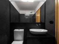 kúpeľňa v čiernom a