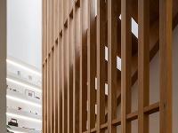 schodisko s drevenými lamelami