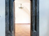 Nádherný kamenný portál zobdobia