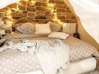 Stena v záhlaví postele