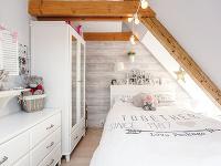 Dievčenská izba zariadená bielym