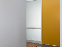 žlté dvere v strede