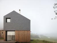 dom s bridlicovou fasádou