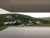 Dom ukrytý v teréne