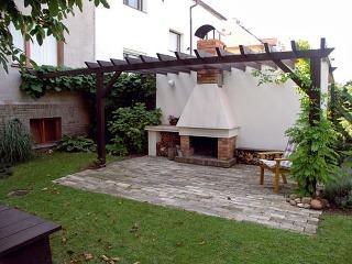 Opäť murovaná stena, ktorá pomohla vytvoriť súkromie na malej rodinnej záhrade. FOTO: Ing. Hana Říhová
