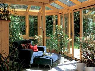 Drevená konštrukcia je príjemná v obytných priestoroch, ale je náročná na údržbu. Nehodí sa do záhrad skleníkového typu s množstvom rastlín. (Höhbauer)