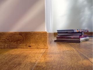 Nerovnosti povrchov stien a kúty či rohy s menšími odchýlkami od pravého uhla zakryje plávajúca podlaha s obvodovými lištami.(foto a predaj: Quick Step)