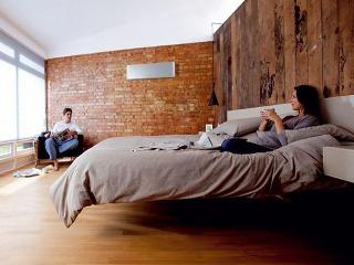 Tepelný komfort v interiéri môže poskytnúť aj zariadenie so zaujímavým dizajnom, ktoré funguje ako tepelné čerpadlo – využíva spätné získavanie tepla podľa potreby na ohrev alebo chladenie vzduchu. (foto: Daikin)