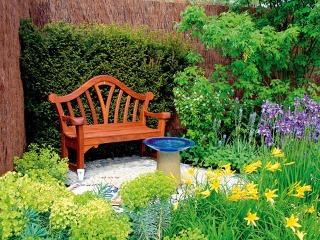 Pri plánovaní záhrady nezabudnite ani na miesto pre záhradný nábytok. Vjeho okolí iste oceníte zaujímavú výsadbu svyužitím aromatických rastlín.