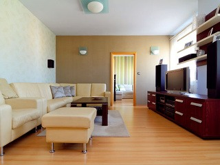 Nábytok zostal na svojom mieste, úlohou dizajnérky bolo doladiť farby tak, aby do interiéru vniesli inú atmosféru.