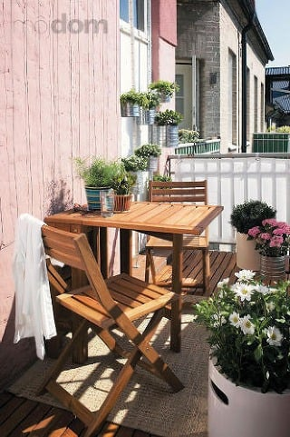 Balkón s dreveným posedením a kvetmi