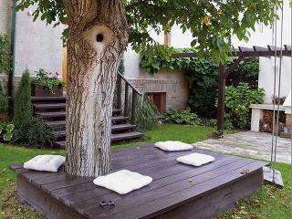 Táto drevená terasa pod starým orechom dobre slúži na odpočinok už viac ako desať rokov.