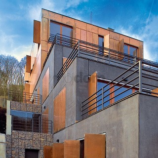 """Dom by nevyzeral tak súčasne, keby majitelia nemali odvážneho ducha. """"Pôvodne sme navrhovali tehly adrevo, investori si však priali niečo odvážnejšie, trocha viac experimentu,"""" hovorí Pavel Hnilička.( Foto: archív hcA architekti )"""