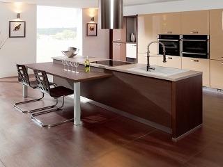 Moderná béžovo-hnedá kuchyňa