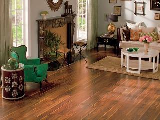 Laminátová podlaha Quick•Step® – Orech tichomorský zo série Rustic. Rozmery dosiek sú 120 × 12,34 cm, hrúbka 8 mm.
