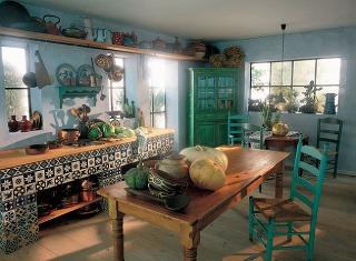 Grécky nábytok je veľmi jednoduchý a steny, stropy a podlahy väčšinou tiež jednofarebné, pri nádobách fantázia Grékov nepozná hranice.