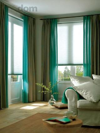 Moderná obývacia izba so zeleno-sivými závesmi