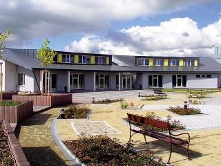 Okná azasklené plochy slnečného domu osadené na južnej fasáde sú navrhnuté tak, aby aj vzimných mesiacoch, keď je miera oslnenia nižšia, dosahovali čo najvyššie tepelné zisky. Zasklievanie veľkých plôch umožnili nové stavebné materiály smožnosťou úspor