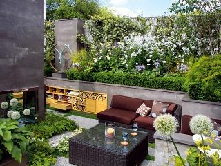 Záhrada – obývačka vsevernom Anglicku je neveľká, no útulná, avšetko vnej má svoje miesto. Praktické azároveň trendové je terasovité usporiadanie svyvýšenými záhonmi.