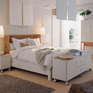 Posteľ Vinstra, dizajn Magnus Elebäck. Rozmer 160 × 200 cm, výška čela 92 cm. Cena 11 490 Sk. Predáva IKEA.