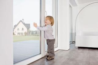 Po montáži nových okien sa môžu rámy počas omietania znečistiť vápnom alebo cementovou maltou. Aby nedošlo kporuchám funkčnosti tesnení akovaní, treba toto znečistenie odstrániť vodou atrochou tekutého čistiaceho prostriedku. Nepoužívajte však čistiace