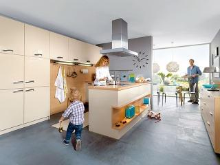 Trend otvorenej dispozície vytvoril obrovské obývačky, ktoré sa však osvoj priestor delia so zónami vyhradenými kuchyni, jedálni, niekedy detskému kútiku alebo pracovni. Tie sa môžu aspoň čiastočne ukryť za neúplnou priečkou. Praktické aúčelné je aj erg