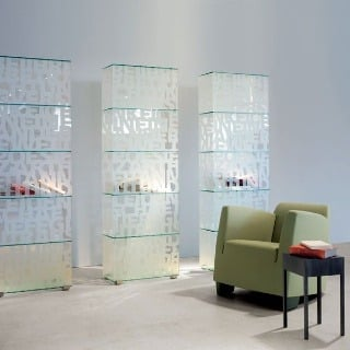 Sklenená vitrína MoDu tvorí v miestnosti výrazný akcent. Dá sa umiestniť klasicky alebo ju možno využiť aj ako nábytkový prvok predeľujúci priestor – sklenené sú totiž všetky steny aj dno vitríny. Číre zelenkavé sklo je zvnútra potiahnuté fóliou, potlačen