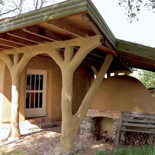 Jednou z prirodzených vlastností hliny je schopnosť pohltiť nadmernú vlhkosť. Tým okrem iného konzervuje drevené konštrukcie.