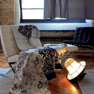 Posteľná bielizeň z kolekcie Home fasion od firmy Vivre zo 100 % bavlny s aktuálnym čierno-bielym arabeskovým vzorom. Rozmery: vankúš 70 × 90 cm, paplón 140 × 200 cm. Cena 999 Sk. Posteľné obliečky farby Enigma od firmy Esprit Home zo 100 % bavlny so zapí