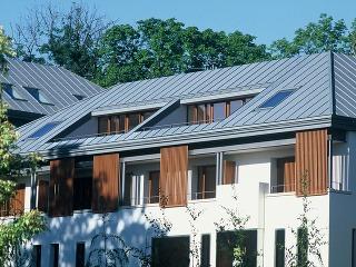 Kombinácia zapusteného vikiera astrešných okien zabezpečí dostatok prirodzeného svetla aj pohodlný vstup na terasu so všetkými výhodami, ktoré ponúkajú zvislé okná.