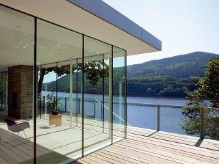 Okná umožňujú kontakt stavby sexteriérom, tak prečo si nedopriať dostatočné množstvo zasklených plôch, keď je na čo pozerať? Shliníkovými oknami si môžete dovoliť návrh veľkých zasklených plôch asubtílne rámy ešte podporia ideál vzdušnosti aotvorenost