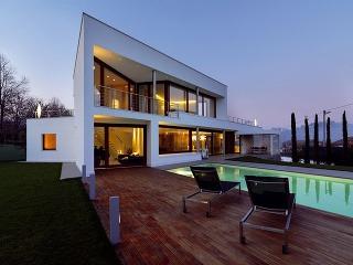 Zaujímavá ainšpirujúca hra tvarov okien afasády. architektúra: Damilano studio