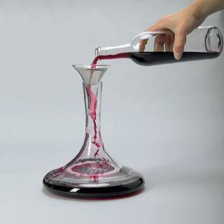 Karafa Soda s lievikom a filtrom. Dizajn C. Öjerstam/C. Martin/M. Elebäck. Karafa a lievik sú z fúkaného skla, každý kus je originál, lievik je z nehrdzavejúcej ocele. Objem 1,1 litra. Cena 399 Sk. Predáva IKEA.