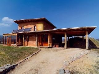 """Celý dom je postavený ztroch výhradne prírodných materiálov pochádzajúcich zbezprostredného okolia – dreva, slamy ahliny. Dokazuje, že aj moderné stavby môžu byť úplne ekologické ablízke prírode. """"Nie je dôvod odopierať si štandard. Môžeme sa však pri"""