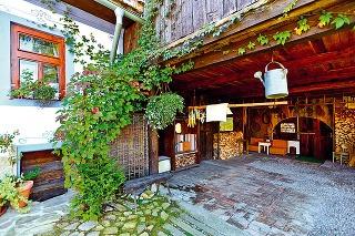 Pôvodne mala stodola troje drevené vráta. Mariánovi však stačili jedny, a tak mu zbúraním ďalších dvoch vznikol otvorený priestor na podstrešné garážovanie alebo letné posedenie.