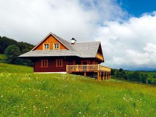 Keď stavať pod Tatrami, tak drevenicu. Prvé rozhodnutie bolo rýchle a jasné. Vymyslieť však moderne tradičnú drevenicu tak, aby splnila všetky požiadavky mladých manželov, to už bola celkom iná káva.