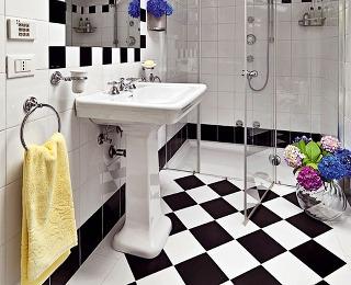 Aby bielo-čierna kúpeľňa nepôsobila