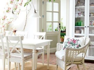 Drevená biela stolička INGOLF, 49,99 €; vankúš EMMIE STRÅ, 19,99 €; biele kreslo FINNTORP, 59,90 €, oboje IKEA
