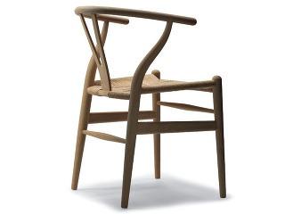 Stolička CH24 známa ako Wishbone Chair je považovaná za jeden z najkrajších kusov nábytku, aký bol vôbec vyrobený. Toto označenie jej patrí právom, je totiž dielom oduševnenej remeselnej práce pozostávajúcej z vyše stovky individuálnych úkonov. Dodnes sa