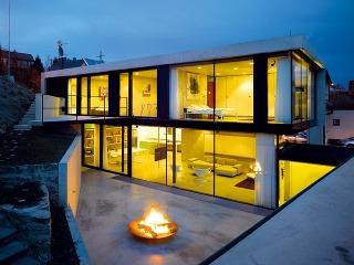 Atypické prvky umožňujú robiť atypické kúzla – časti zasklenej fasády, ktoré sa neotvárajú, majú zapustené rámy, takže ilúzia prelínania interiéru sexteriérom je dokonalá.