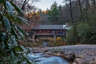 horská chata križuje rieku
