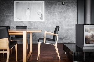 Interiéru pristanú drevené stoličky