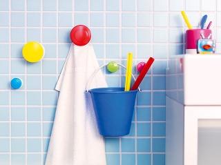 Ak je detí viac, každému iná farba – tak si aspoň nepomýlia osušky. Farebné vešiaky zároveň nevtieravo oživia nudnú stenu. Vešiaky LOSJÖN, 5,49 €/5 ks, IKEA