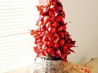 Ak sa rozhodnete pre červený stromček, ostatné dekorácie voľte vneutrálnejších farbách. Stromček vinteriéri vám zvýraznia, ale nedovolia mu zagresívnieť.