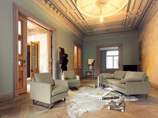 Ucelený modulárny systém Conseta predstavuje pomyselný pravzor čalúneného nábytku, ktorý vďaka svojmu neutrálnemu výrazu odolal polstoročiu štýlových turbulencií či trendových nálad. Consetu vyrába nemecká spoločnosť COR. (Predáva FORTE P aSTOPKA.)
