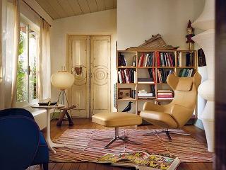 Polohovateľné kreslo Grand Repos & Repos od značky Vitra, dizajn Antonio Citterio, koža alebo textil, 110 × 74 × 81 cm, možnosť dokúpiť podnožku alebo lavičku, od 4 115 € bez DPH, www.kabinetkabinet.sk