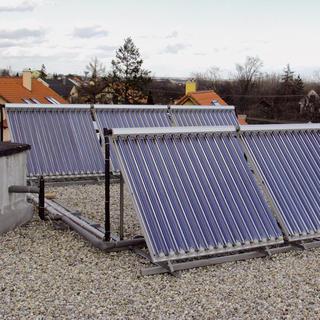 Požiadavkám investora najlepšie vyhovovali rakúske slnečné kolektory dodávané firmou Animatrans. Dodávateľ kolektory nielen profesionálne nainštaloval, ale aj sprevádzkoval celý systém. Kolektory sú naklonené vuhle 45° anatočené asi 10° na juhozápad.