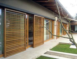Drevené posuvné okenice svyklápacími lamelami od VOÏVO chránia interiér pred slnečným žiarením izlodejmi aznižujú hladinu hluku. Vletných dňoch sa dá regulovať množstvo denného svetla vďaka pohyblivým lamelám, vchladných dňoch možno zlepšiť tepelnú b